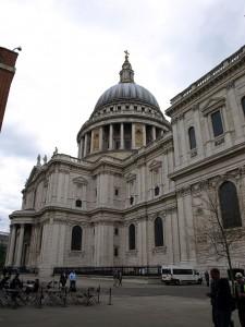 St. Paul's von der Seite mit Blick auf die Kuppel